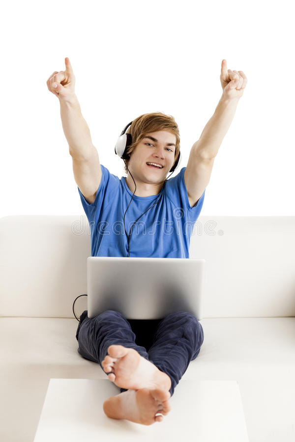 Homme heureux sur le divan images libres de droits