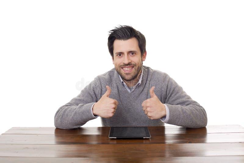 Homme heureux sur un bureau photographie stock
