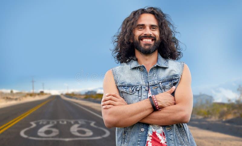 Homme hippie de sourire dans le gilet de denim au-dessus de nous itinéraire 66 images libres de droits