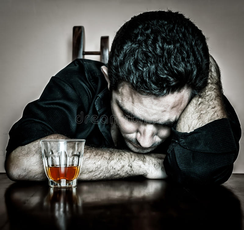 Homme hispanique bu seul et désespéré photographie stock