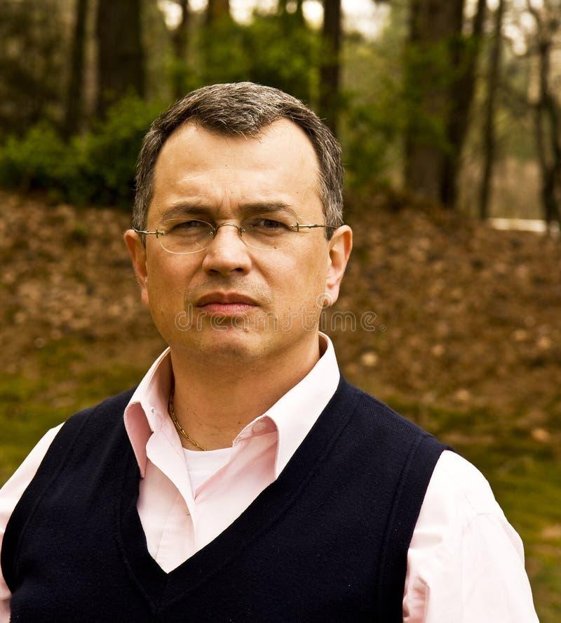 Homme hispanique dans les arbres images libres de droits