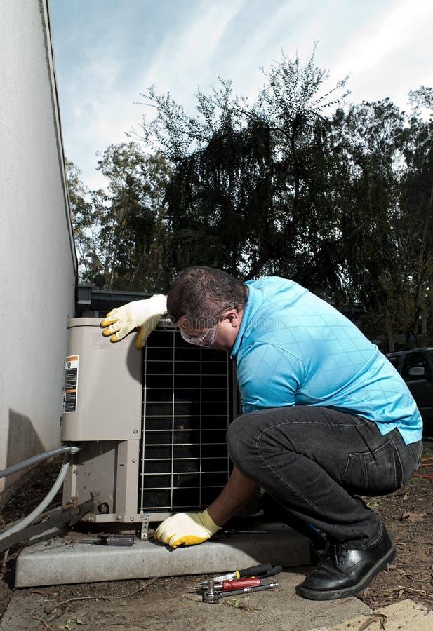 Homme hispanique de réparation de dispositif de climatisation image libre de droits