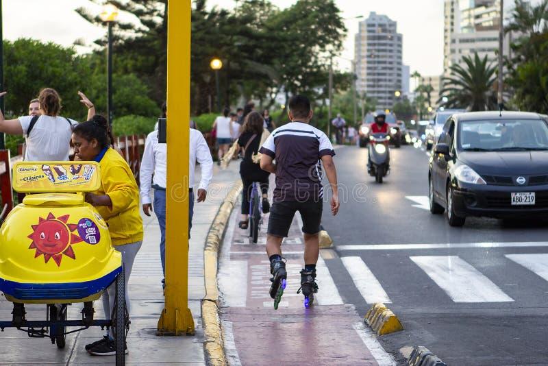 Homme hispanique sur des patins de rouleau à la La Costa Verde de Malecon De photographie stock
