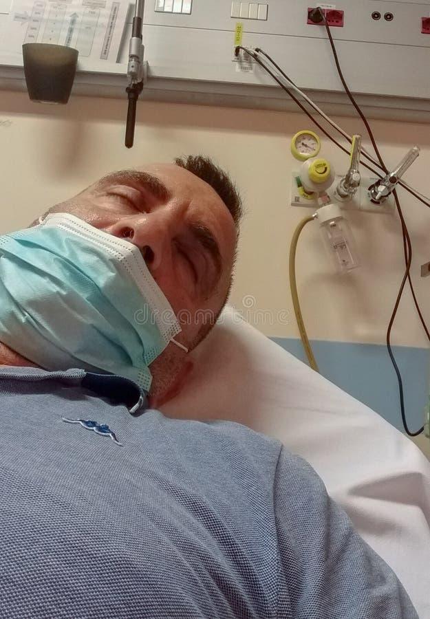 Homme hospitalisé dans la chambre de secours ces endroits sauvent les vies chaque jour images stock