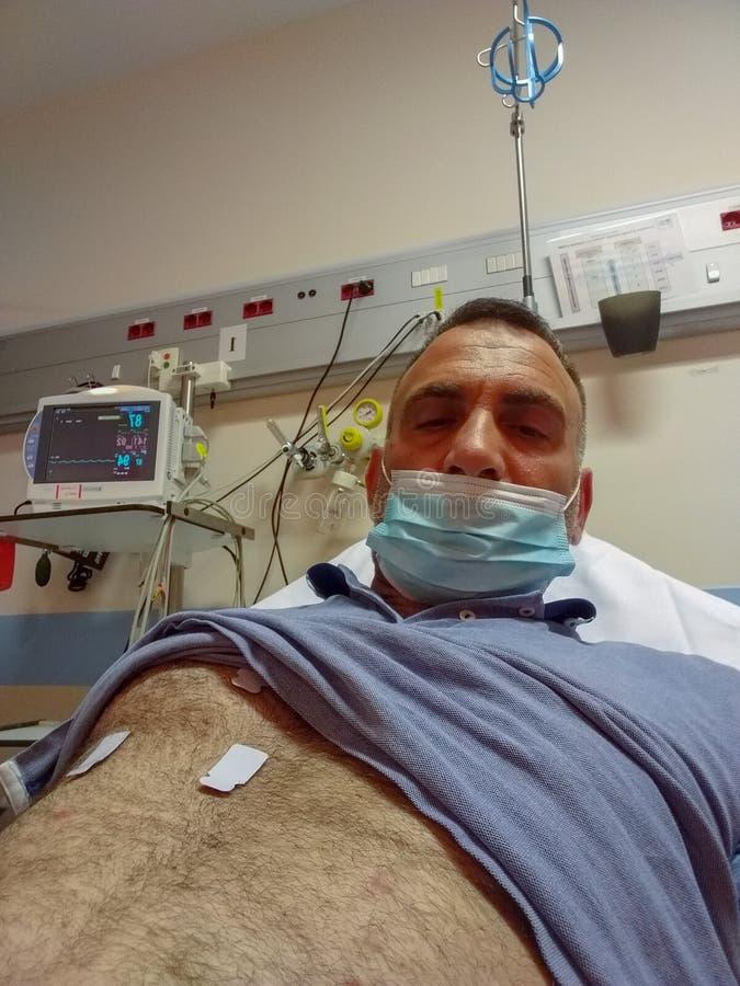 Homme hospitalisé dans la chambre de secours ces endroits sauvent les vies chaque jour photos libres de droits
