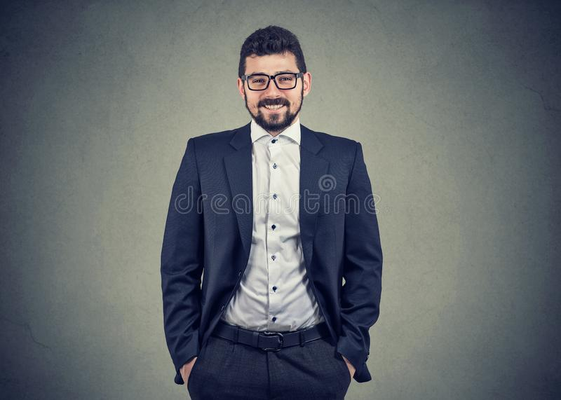 Homme indépendant de sourire sûr d'affaires photo stock