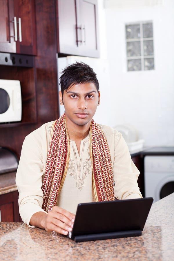Homme indien à l'aide de l'ordinateur portatif image libre de droits