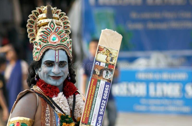 Homme indien habillé en tant que le krishna de sri de seigneur, Dieu indou, une manière de prier ou de chercher l'aide image stock