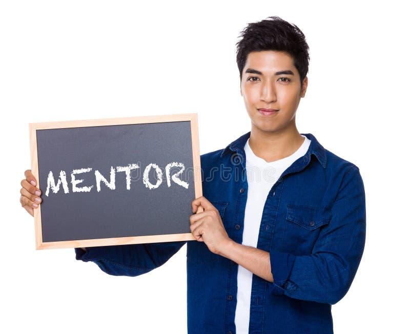 Homme indien mélangé asiatique avec le tableau noir montrant un mentor de mot images stock