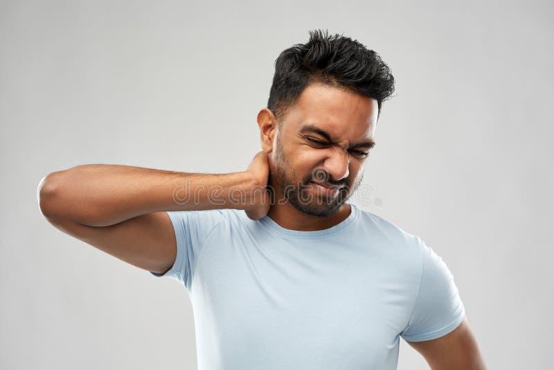 Homme indien malsain souffrant de la douleur cervicale images stock