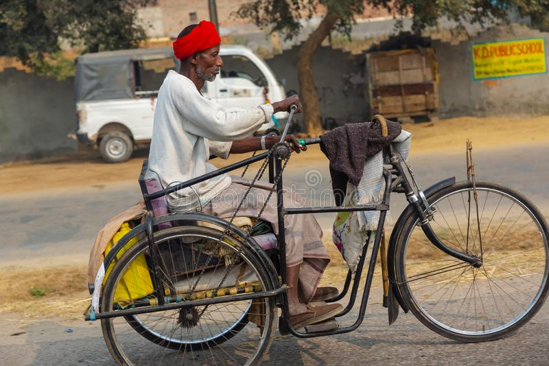 Homme indien montant un tricycle photographie stock