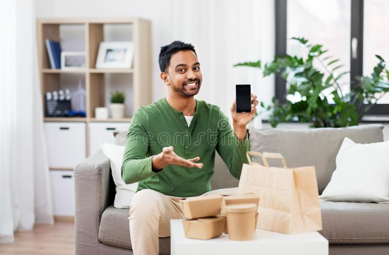 Homme indien utilisant le smartphone pour la livraison de nourriture photo stock