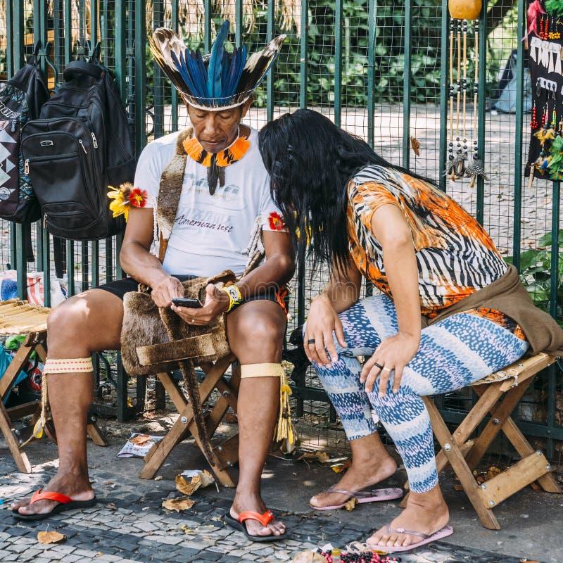 Homme indigène brésilien à son téléphone portable image stock