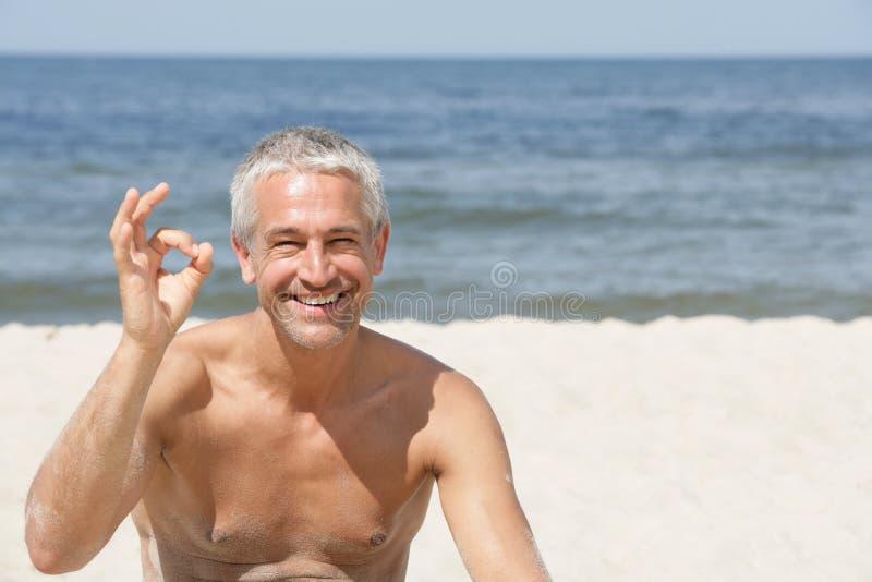 Homme indiquant le signe EN BON ÉTAT photos stock