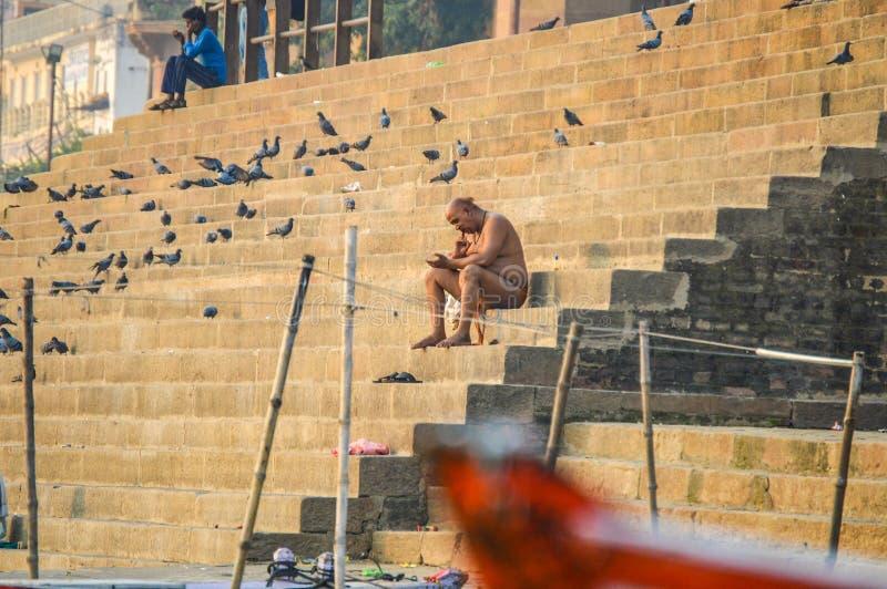 Homme indou dans Ghats pour Puja quotidien photos stock
