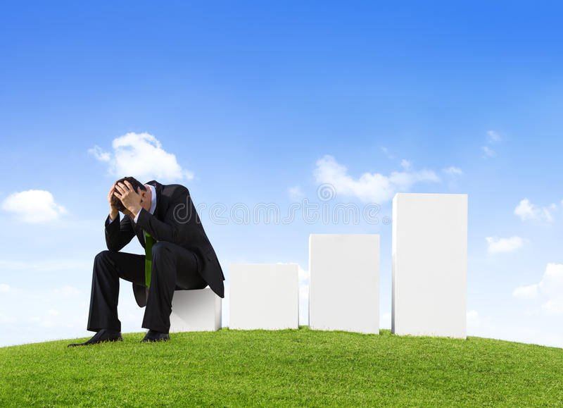 Homme inquiété d'affaires s'asseyant sur une barre analogique images stock