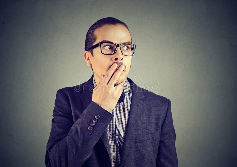 Homme inquiété dans la confusion regardant loin photos libres de droits