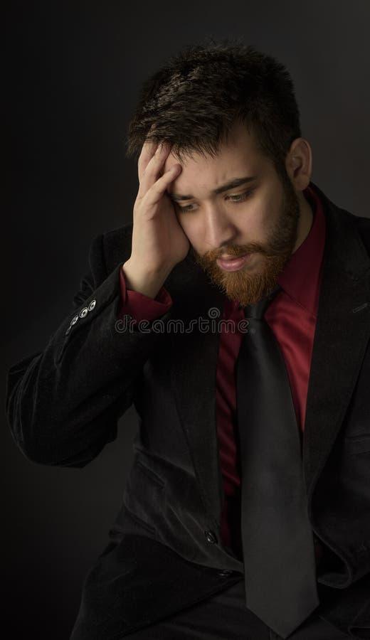 Homme inquiété de barbichette dans le costume formel photo stock