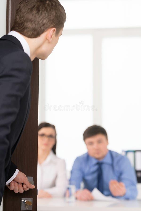 Homme inquiété entrant dans une salle pour l'entrevue d'emploi. images libres de droits
