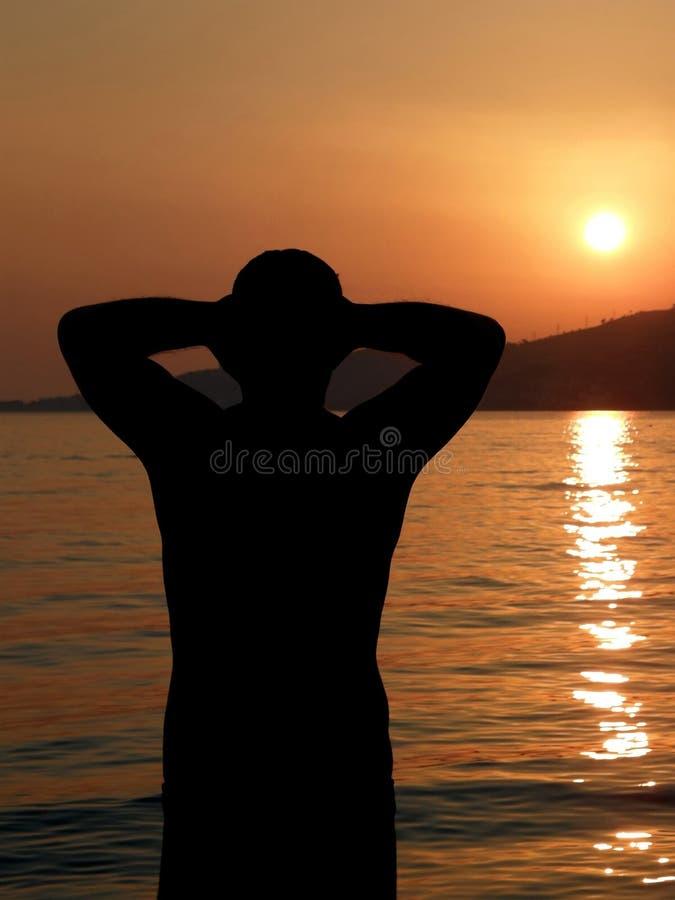 Homme intense au coucher du soleil image stock