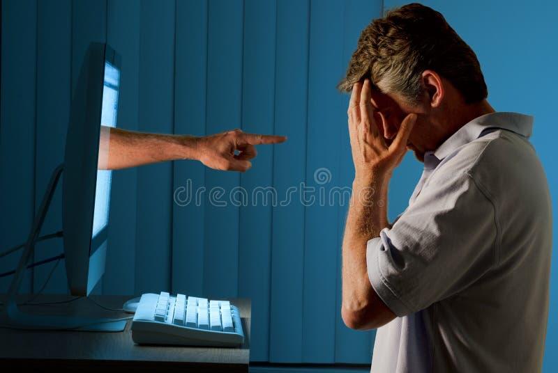 Homme intimidant d'ordinateur d'Internet de Cyber photos stock