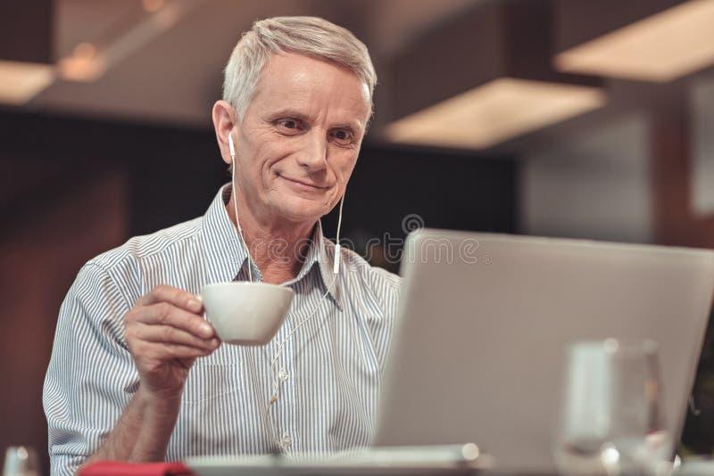 Homme intrépide regardant l'écran de l'ordinateur portable photo libre de droits