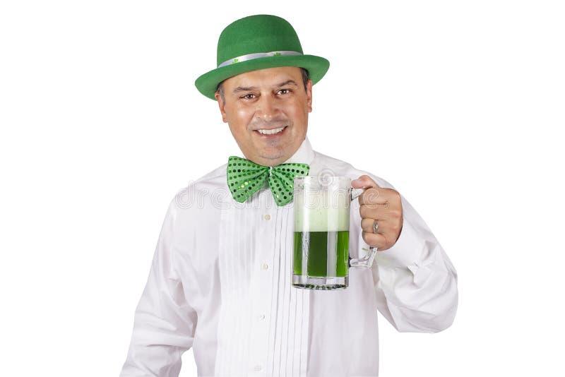 Homme irlandais avec de la bière verte photo stock
