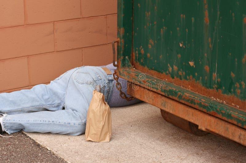 Homme ivre dans la ruelle photos stock