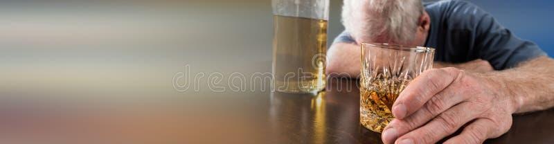Homme ivre dormant sur la table après abus d'alcool image stock