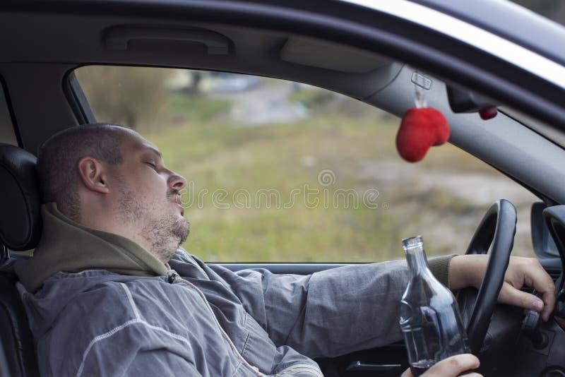 Homme ivre en sommeil dans le véhicule images libres de droits