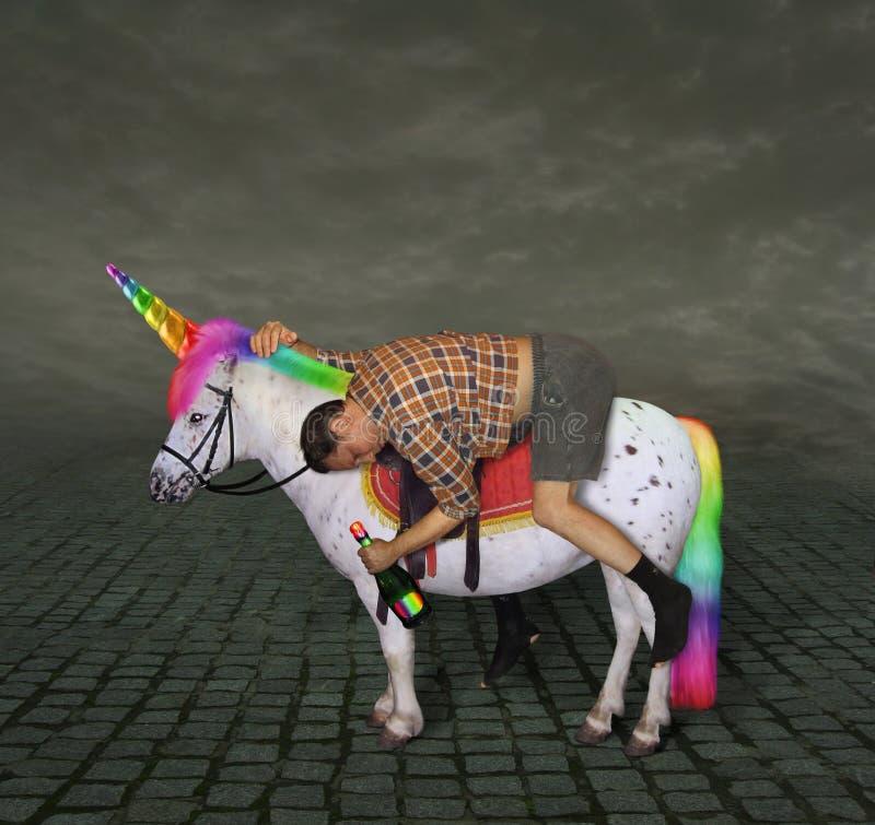 Homme ivre sur la licorne image stock