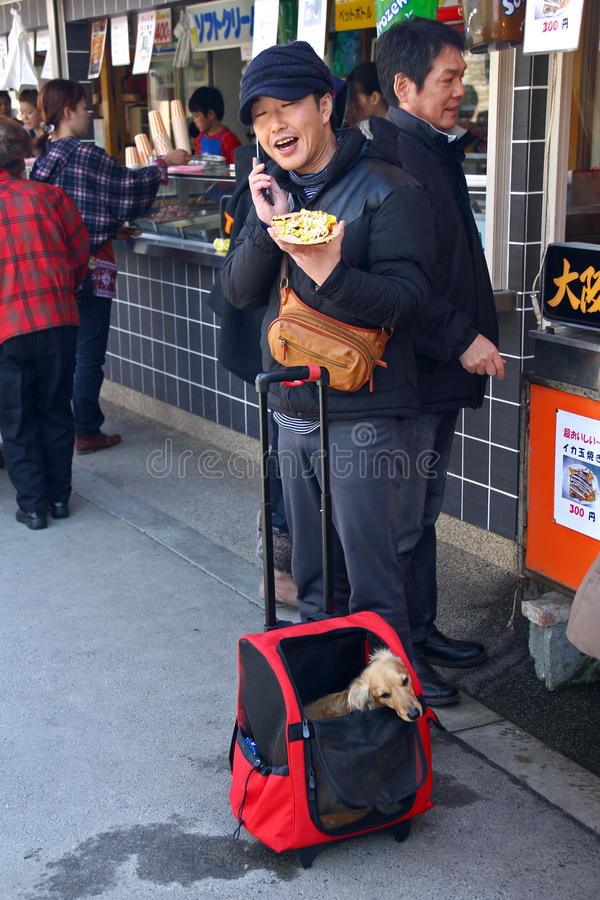Homme japonais parlant au téléphone image stock
