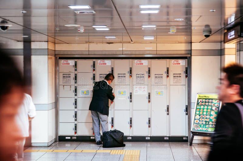 Homme japonais utilisant le casier à la station de train de Nagoya photos libres de droits