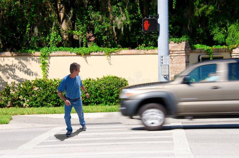 Homme Jaywalking environ à exécuter plus de par camion photos libres de droits