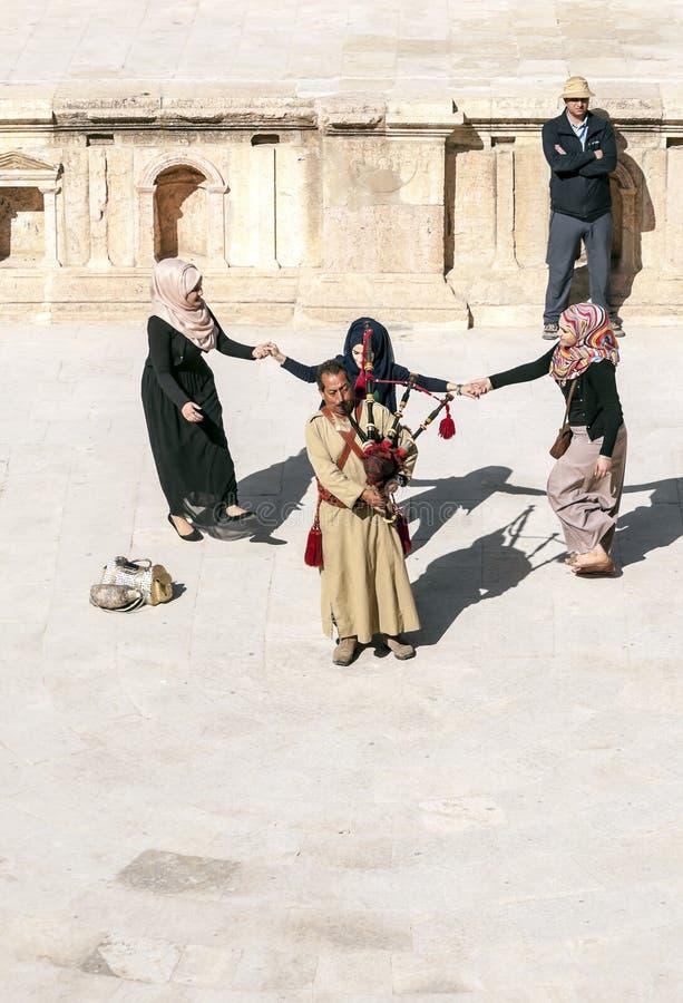 Homme jordanien jouant des cornemuses photographie stock