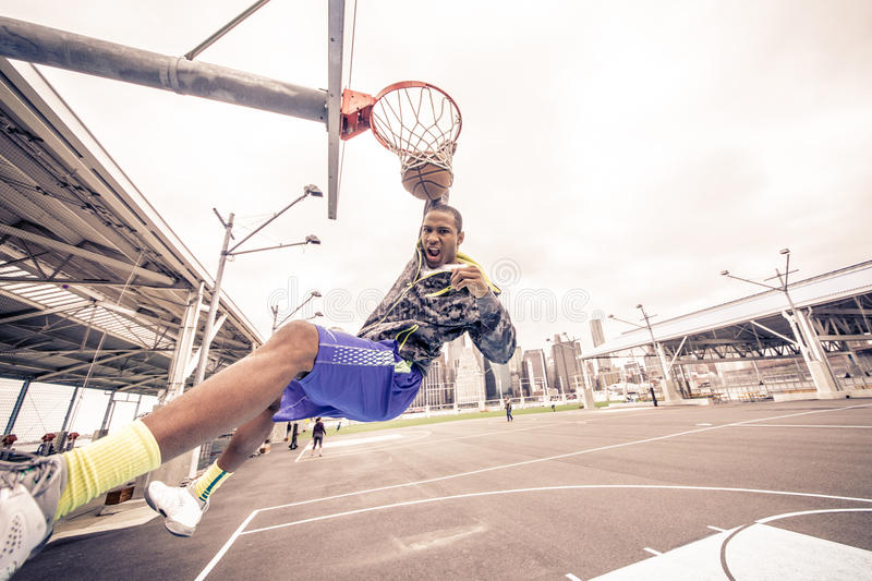 Homme jouant au basket-ball photographie stock