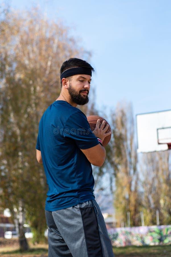 Homme jouant au basket-ball en parc photographie stock libre de droits