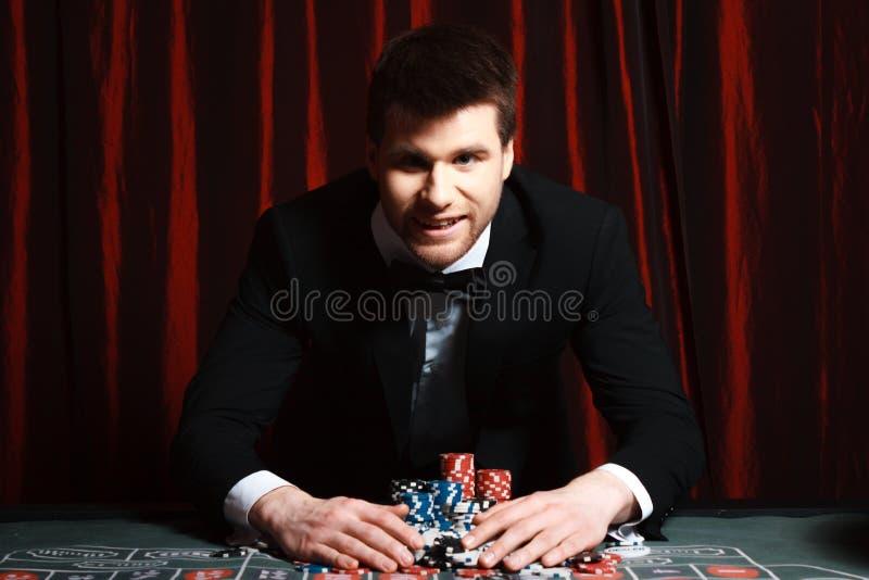 Homme jouant au casino image libre de droits