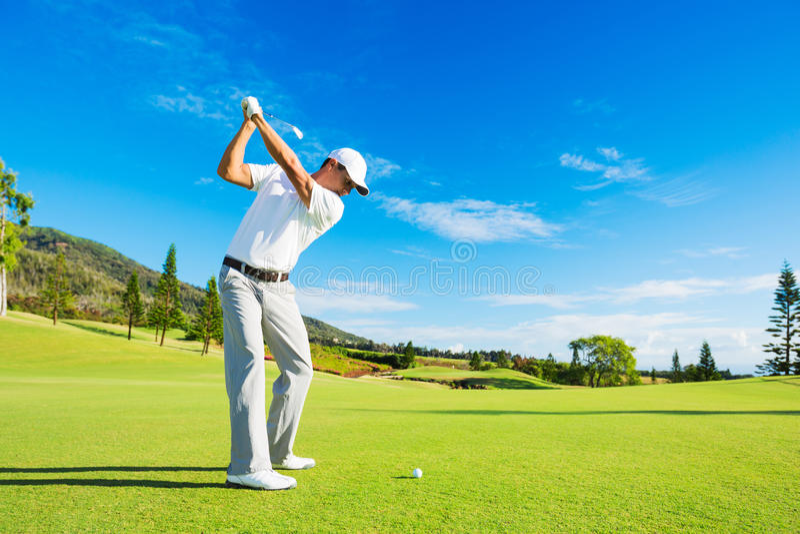 Homme jouant au golf photo stock