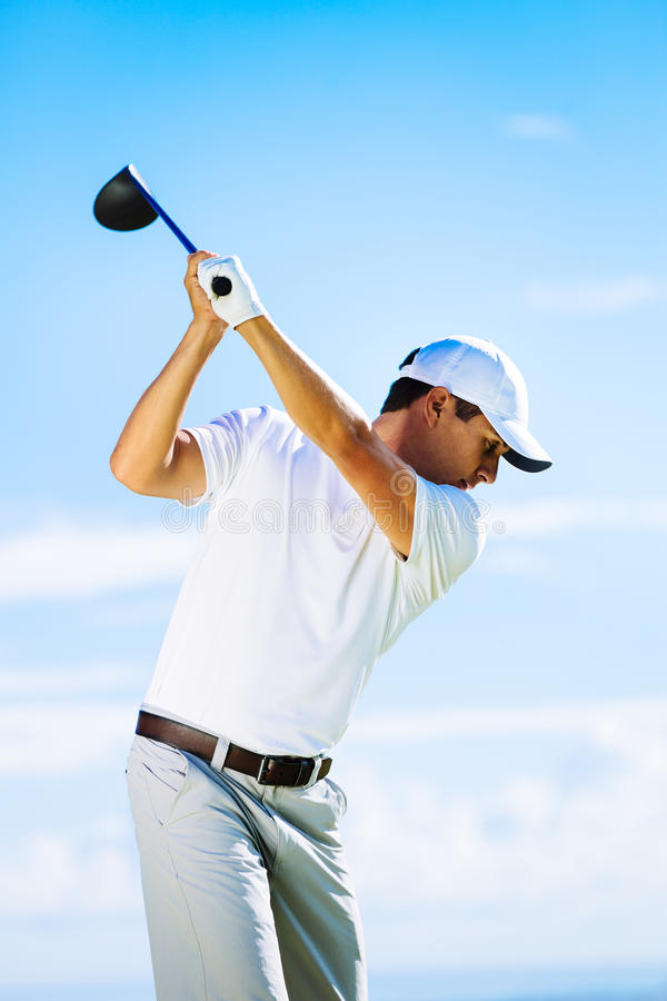 Homme jouant au golf photos stock