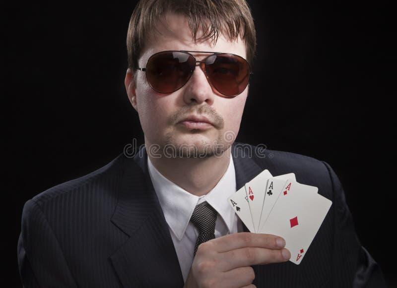 Homme jouant au poker images libres de droits