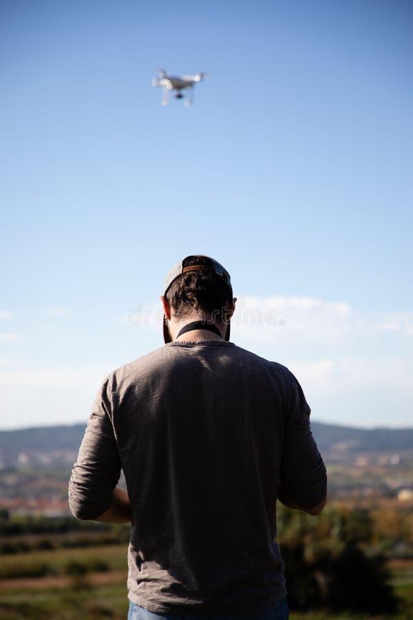 Homme jouant avec le bourdon sur le champ ouvert image libre de droits