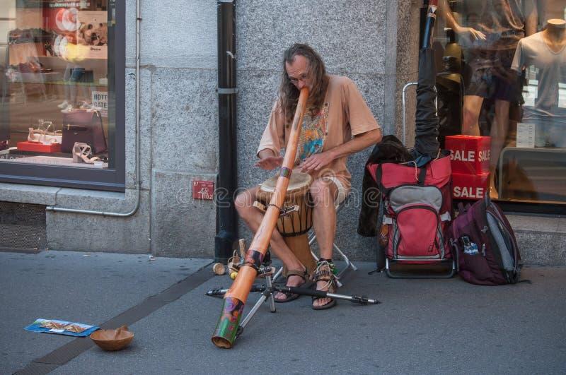 homme jouant avec le didgeridoo photographie stock libre de droits
