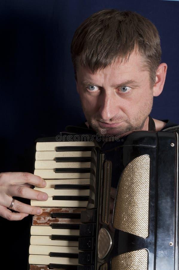 Homme jouant l'harmonica photos stock