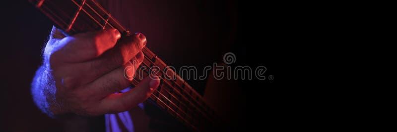 Homme jouant la guitare électrique image stock