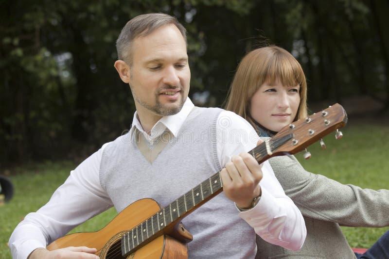 Homme jouant la guitare acoustique photo libre de droits