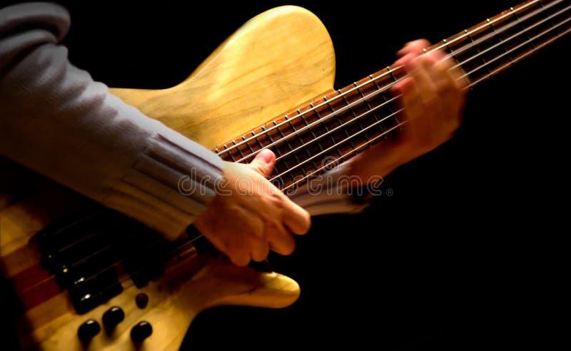 Homme jouant la guitare basse photographie stock libre de droits