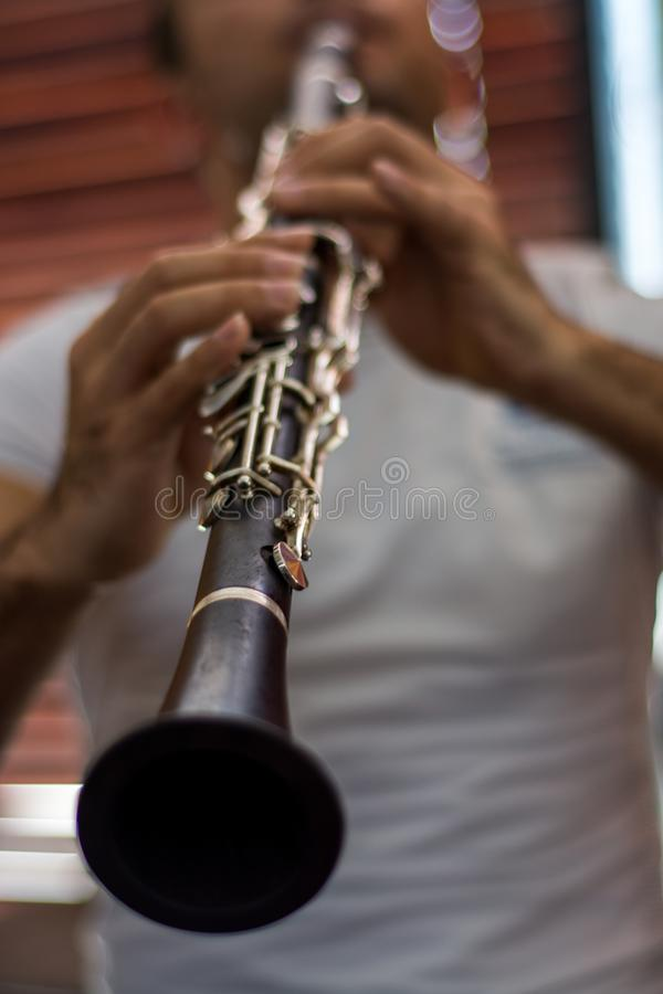 Homme jouant le clarinet photographie stock