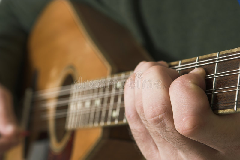 Homme jouant le guitare photo stock