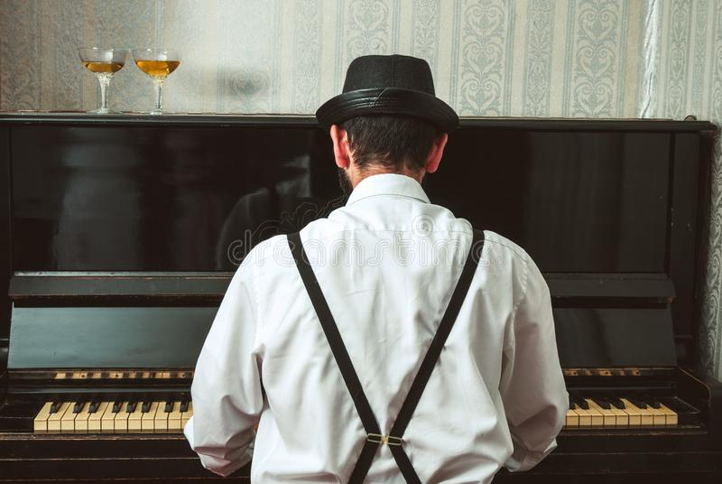 Homme jouant le piano photo libre de droits